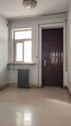 (市中)建华小区 1楼带院 3室 随时看房 60万